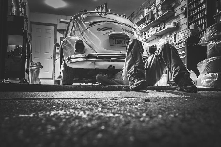 Mechaniker Werkstatt VW Käfer schwarz weiß Bild