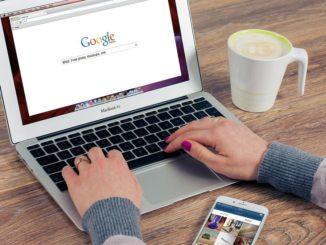Google Laptop Schreibtisch Kaffee Handy